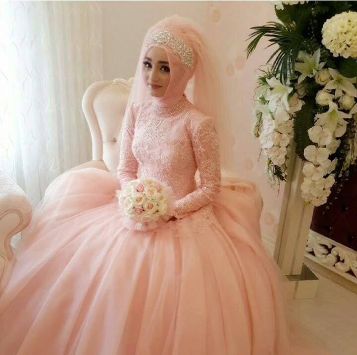 فستان للمحجبات باللون الزهري بكم طويل مطرز بالفصوص اللامعة مع لفة حجاب تركية ولياقة مقفولة لتغطية الرقبة