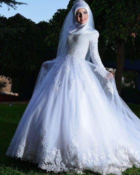 فستان مكون من طبقتين الطبقة العلوية من خامة التول المزين بالفصوص مع لفة حجاب من الستان محتشمة جداً