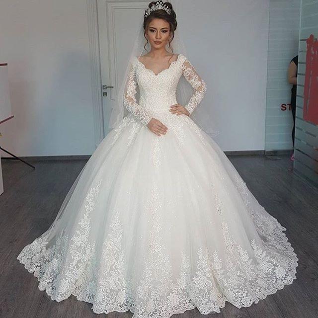 فستان منفوش للعرائس التي تحب تصميم فساتين الاميرات مطرز بالفصوص اللامعة على الصدر