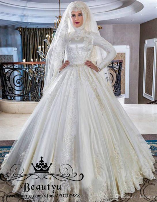فستان من الستان منفوش مع كسرات بسيطة وحزام فى منتصف الخصر ولفة حجاب عصرية جداً ووشيك