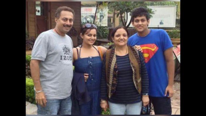 صورة للنجمة نيها لاكشمي مع اقاربها