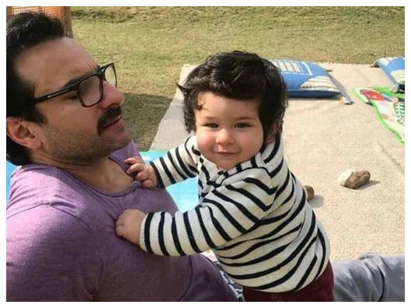 صورة للنجم سيف علي خان مع ابنه تيمور من زوجته الثانية كارينا كابور