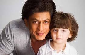 صورة للنجم شاه روخ خان مع ابنه الصغير