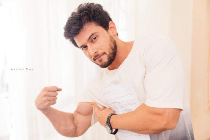 صورة للنجم لنيش يستعرض فيها عضلاته