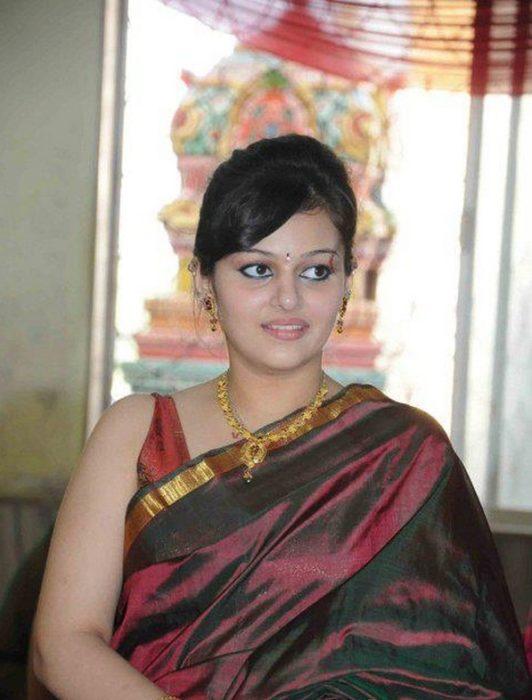 صورة للنمة نيها لاكشمي بالساري الهندي