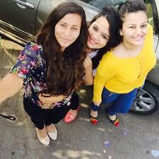 صورة نيها لاكشمي مع اصدقائها