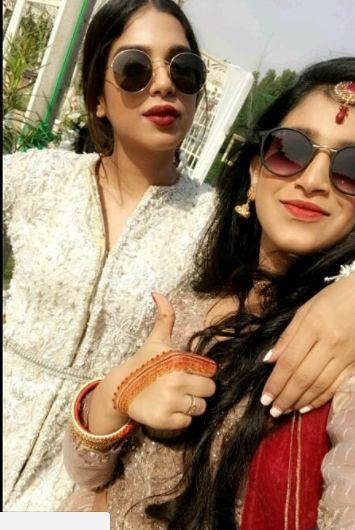 النجمة سونيا حسين مع اختها سناء