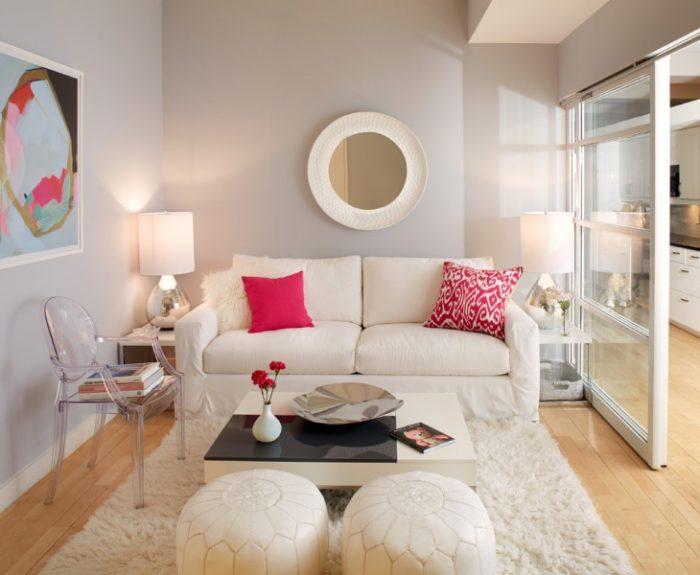 تحتوي هذه الغرفة على لمسات بسيطة من الالوان والاكسسوارت مما يجعلها قمة فى الاناقة والجمال