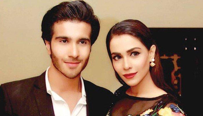 صورة تجمع بين النجم فيروز خان واخته هيميما مالك