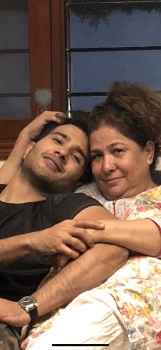 صورة جميلة جداً لفيروز خان مع والدته