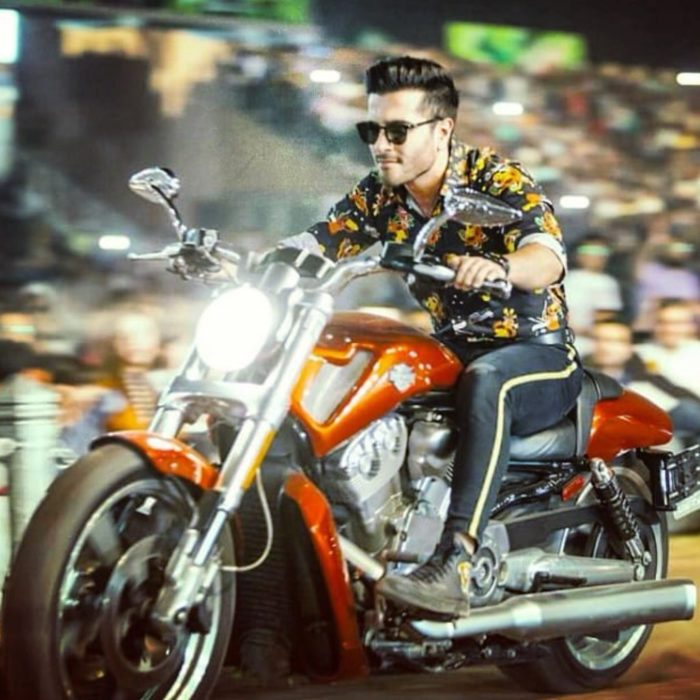 صورة لفيروز مع دراجته النارية المحببة لقلبه