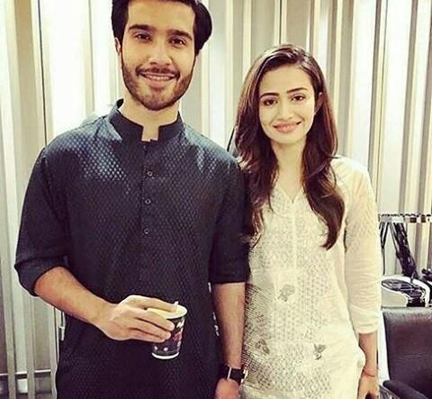 صورة للنجمة سناء جافد مع النجم فيروز خان