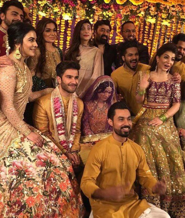صورة من حفل الزفاف تجمع بين فيروز خان وعائلته