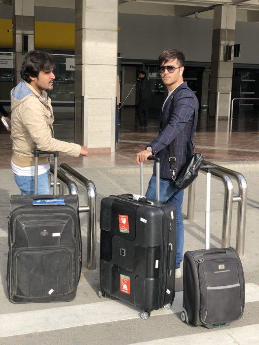 صورة ل feroz khan مع مدير اعماله في المطار