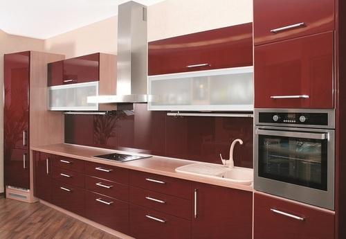 مطبخ أحمر بتصميم أنيق وجذاب