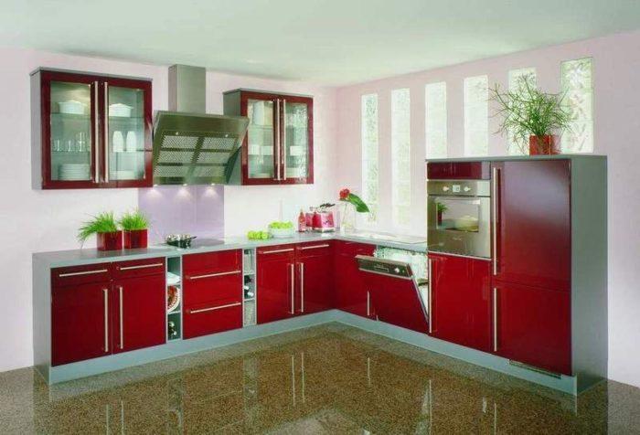 مطبخ الوميتال باللون الاحمر ودرفه من الزجاج ممايعطيه منظراً رائع