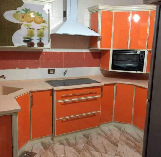مطبخ الوميتال باللون البرتقالي مناسب للمساحات الصغيرة