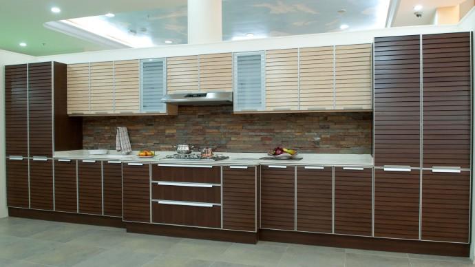 مطبخ الوميتال بتصميم رائع مكون من طابقين الطابق الاعلى باللون البيج والطابق السفلي باللون البني ا