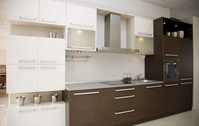 مطبخ الوميتال بتصميم عصري جداً مكون وينقسم لجزئين جزء عل الجانب الايمن باللون البني بتصميم انيق وجذاب والجانب الايسر باللون الابيض