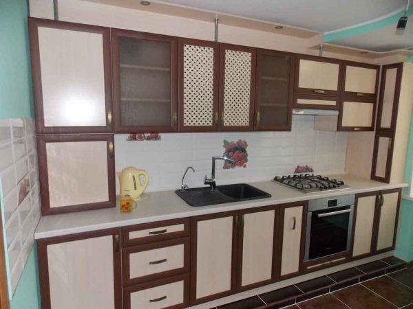 مطبخ الوميتال بسيط جداً باللون البني مع الببيج الفاتح