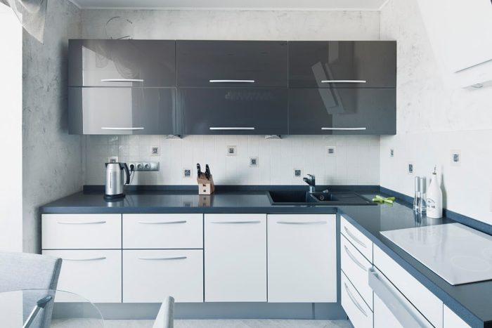 مطبخ باللونين الابيض والاسود بتصميم انسيابي رائع