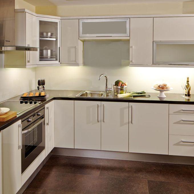 مطبخ باللون الابيض هادئ جداً وجميل