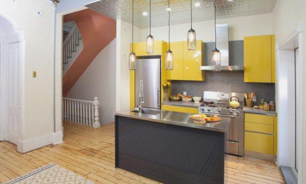 مطبخ باللون الاصفر بتصميم بسيط وهادئ