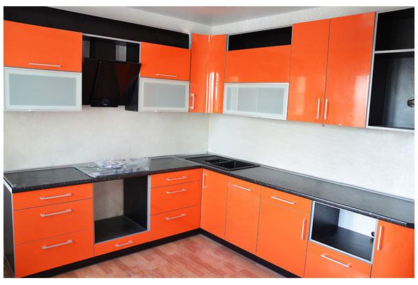 مطبخ باللون البرتقالي والاسود مناسب للمنازل والشقق ذات المساحة الصغيرة