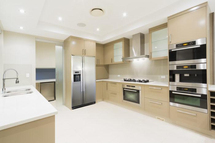 مطبخ باللون البيج بتصميم قمة الجمال والشياكة