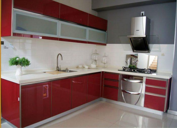 مطبخ رائع ومناسب للمساحة الصغيرة باللون الاحمر