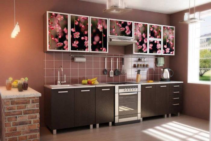 مطبخ في منتهى الجمال والروعة وعليه رسمات ورود باللون البينك جميلة