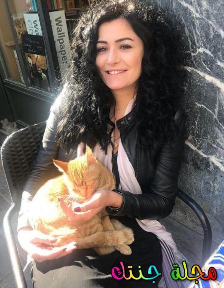 مع قطتها