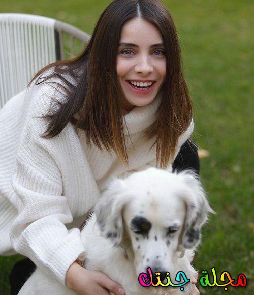 مع كلبها