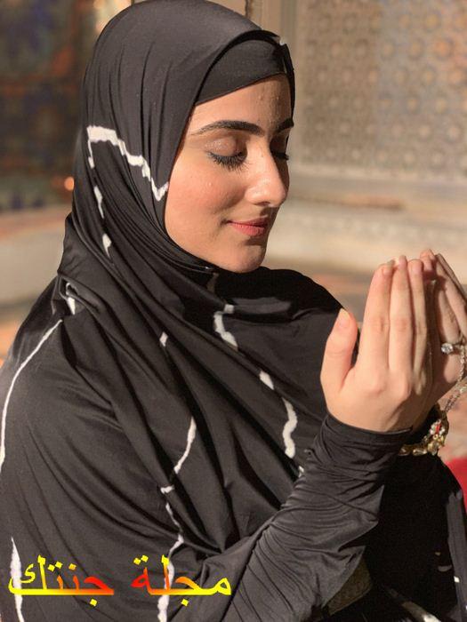 ديانا خان و هى تصلي