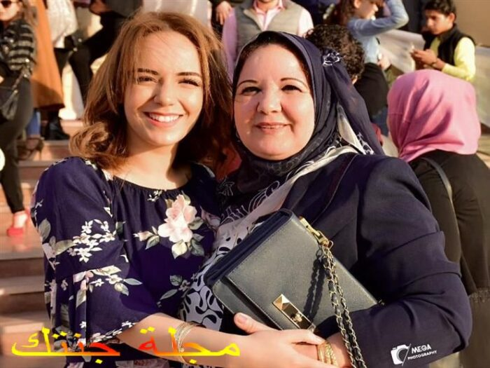 سارة درزاوى مع والدتها