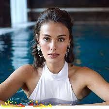 جولبيرا اوزدمير في حمام السباحة